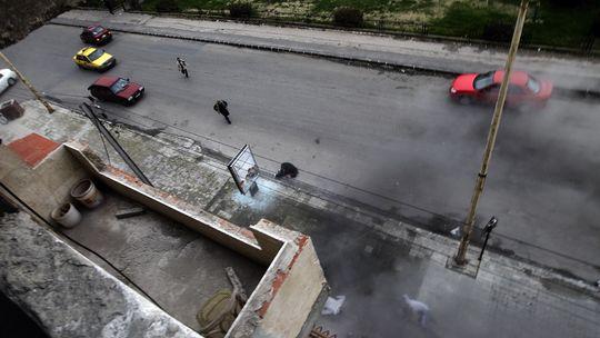 Nach einem Anschlag in Homs rennen Menschen, um Hilfe zu holen.