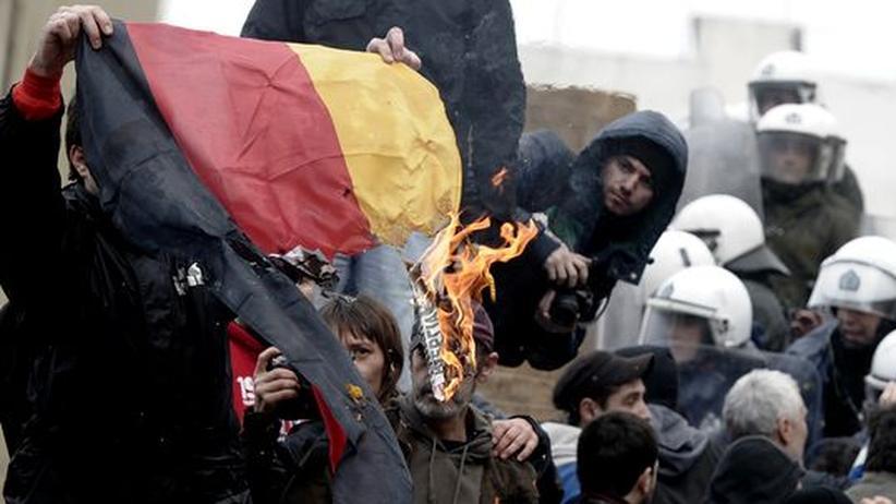 Schuldenkrise: Demonstranten in Athen verbrennen die deutsche Fahne.