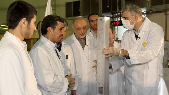 Irans Präsident Mahmud Ahmadinedschad beim Besuch eines Projektes zur Nuklearforschung in Teheran