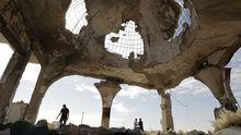 Zerstörtes Gebäude auf dem Friedhof der libyschen Stadt Syrte