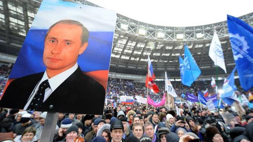 Russlands Premierminister Wladimir Putin spricht im Moskauer Olympiastadion Luschniki zu Anhängern.