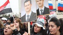 Unterstützer von Syriens Präsident Assad jubeln dem russischen Außenminister Lawrow zu.