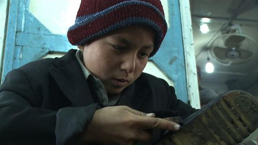 """Der zehnjährige Mirwais im Film """"Generation Kunduz – Der Krieg der Anderen""""; er zieht als Schuhputzer durch die Straßen."""