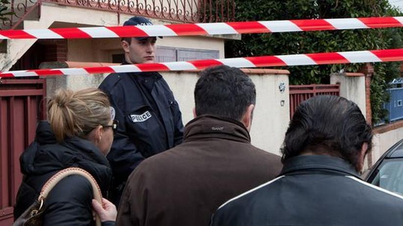 Polizisten bewachen den Tatort vor der Ozar Hatorah Schule in Toulouse.