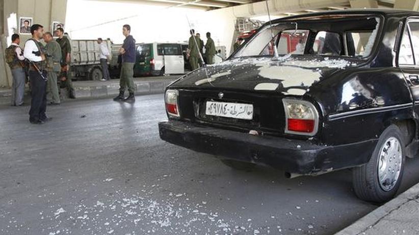 Syrien: Nach einem Selbstmordanschlag: Ein beschädigtes Polizeiauto im Zentrum von Damaskus
