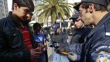 Die griechische Polizei kontrolliert in Athen jeden Passanten, der nach einemillegalen Einwanderer aussieht