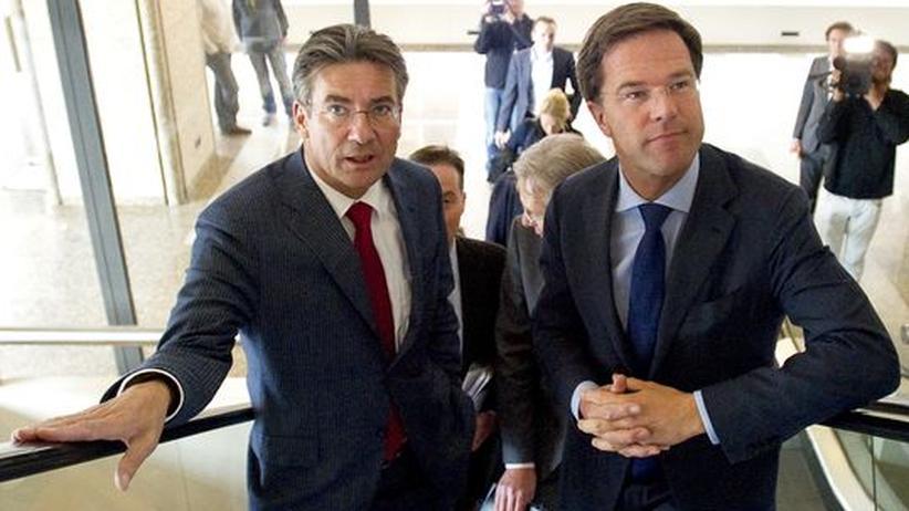 Ministerpräsident Mark Rutte (r) und Wirtschaftsminister Maxime Verhagen auf dem Weg zur Abstimmung im Parlament