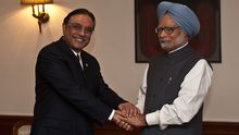 Der indische Premierminister Manmohan Singh (R) und der pakistanische Präsident Asif Ali Zardari in Neu Delhi