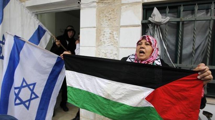 Nahost-Konflikt: Eine Palästinenserin protestiert vor einem Haus jüdischer Siedler im Osten Jerusalems
