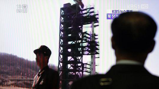 Übertragung des Raketenstarts im südkoreanischen Fernsehen: Ein Passant in Seoul schaut zu.