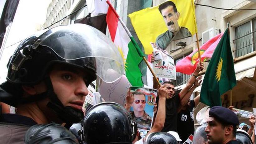 Kurdische Aktivisten demonstrieren vor der syrischen Botschaft in Libanon für Syriens Präsident Assad.