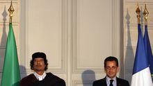 Libyens Ex-Machthaber Muammar al-Gaddafi (links) und der französische Präsident Nicolas Sarkozy (Archivbild)