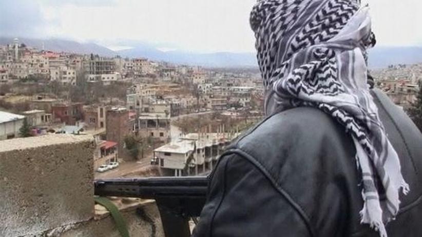 Ein Kämpfer der Opposition blickt auf Zabadani.