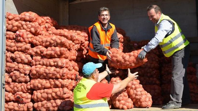 Vorbild für ähnliche Aktionen in anderen griechischen Städten: Helfer laden in Katerini Kartoffeln aus, die direkt verkauft werden.