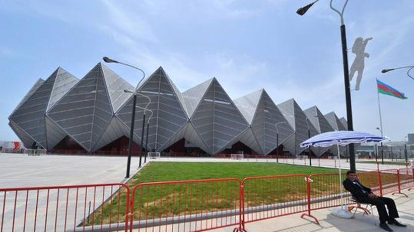 Eurovision Song Contest: Ein Sicherheitsmann vor der Halle des Eurovision Song Contest in Baku