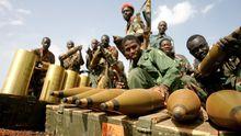 Sudanesische Soldaten mit erbeuteter Munition des südsudanesischen Armee auf dem Ölfeld Heglig