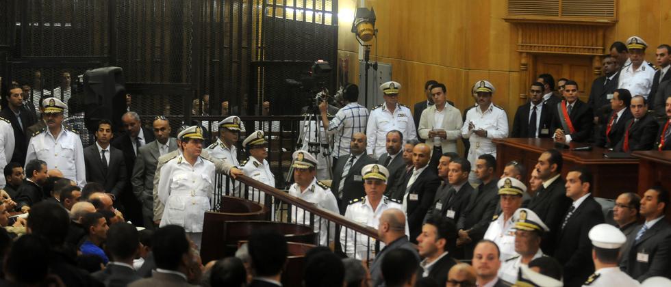 Blick in den Gerichtssaal beim Prozess gegen Hosni Mubarak und die angeklagten Polizeioffiziere