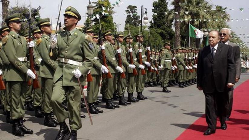 Nordafrika: Algeriens Präsident Abdelaziz Bouteflika besucht eine Militärparade.