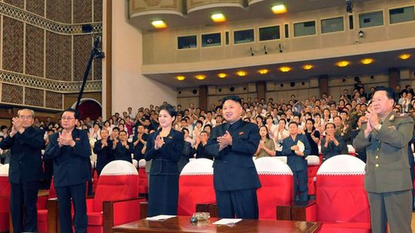 Kim Jong Un applaudiert