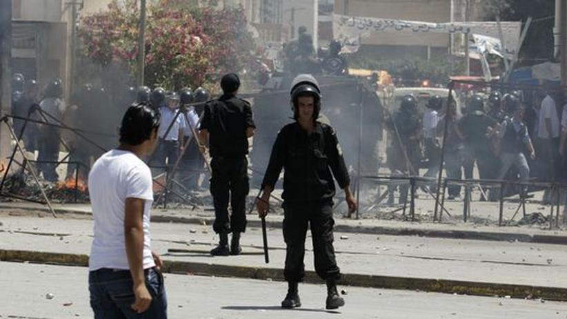 Tunesische Polizeikräft gehen mit Tränengas gegen Salafisten vor