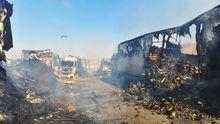 Ausgebrannte Lastwagen nach einem Kampf zwischen syrischen Rebellen und Regierungstruppen an der Grenze zur Türkei