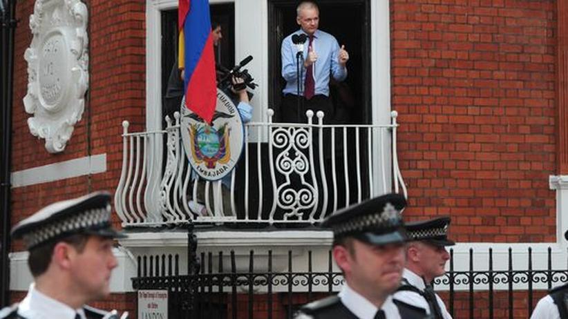 """Rede vom Balkon: Assange wirft den USA """"Hexenjagd"""" vor"""