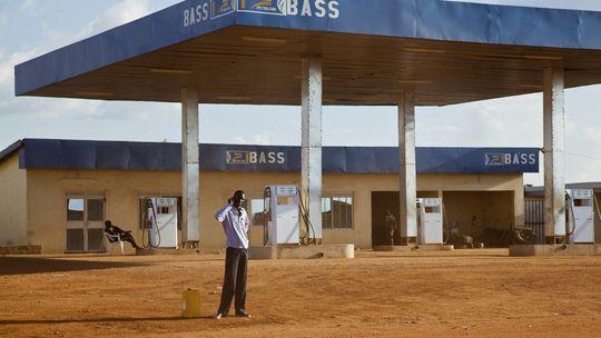 Ein Mann steht vor einer verlassenen Tankstelle in der südsudanesischen Hauptstadt Juba.