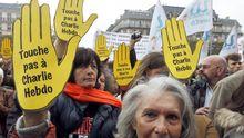 """Unterstützer der Satirezeitschrift """"Charlie Hebdo"""" demonstrierten im vergangenen Jahr für die Meinungsfreiheit, nachdem auf die Zeitung ein Brandanschlag verübt worden war."""