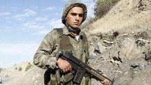 Ein türkischer Soldat an der Grenze zu Syrien