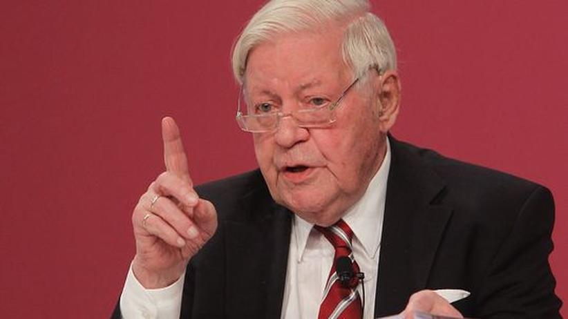 Krisenpolitik: Helmut Schmidt war deutscher Bundeskanzler und ist Herausgeber der ZEIT.