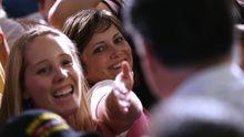 Wahlkampfveranstaltung in Iowa: Republikanerinnen strecken ihre Hände nach Mitt Romney aus.