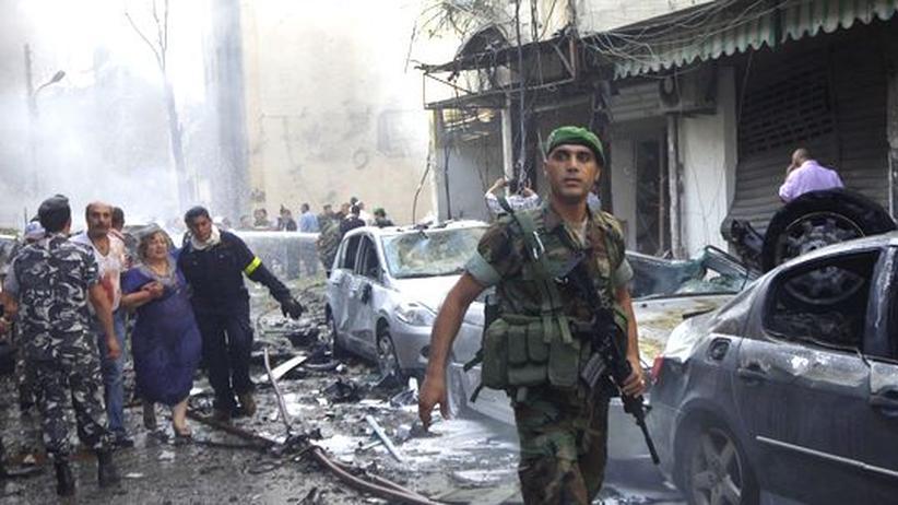 Ein libanesischer Soldat hilft das Viertel Ashafriyeh in Beirut zu sichern, kurz nachdem eine Bombe explodiert ist.