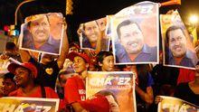 Anhänger des Präsidenten von Venezuela Hugo Chávez feiern seinen Wahlsieg in Caracas.