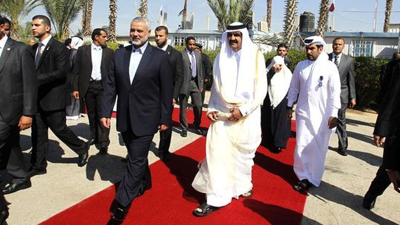 Emir von Katar: Scheich Hamad bin Chalifa al-Thani läuft mit Hamas-Führer Ismail Hanija über die Grenze von Ägypten in den Gazastreifen.