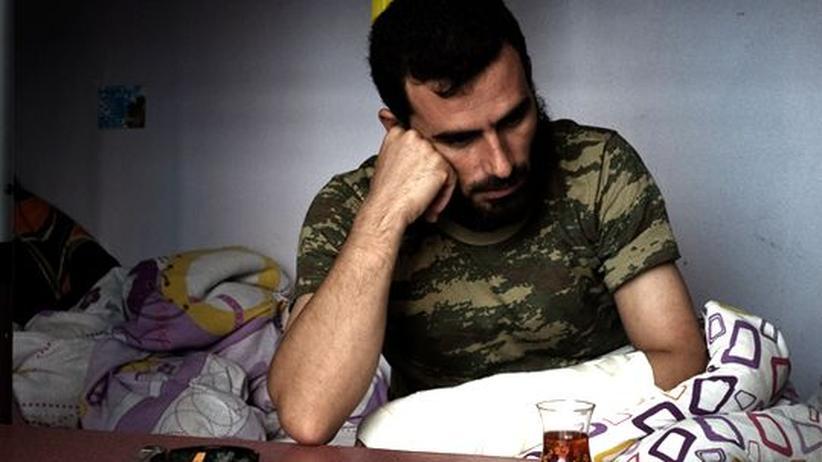 Syrische Grenze: Der syrische Rebellenkommandeur Mustafa al-Khalid möchte so schnell wie möglich wieder zurück nach Syrien, um weiter gegen Bashar al-Assad zu kämpfen.