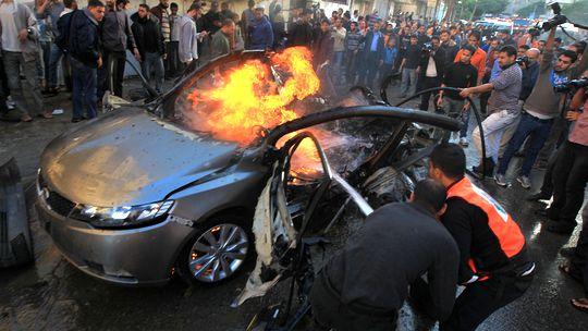 Das zerstörte Auto des getöteten Hamas-Führers Ahmed al-Dschabari in Gaza-Stadt