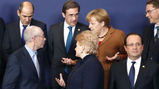 Geforderter Verhandlungsleiter: EU-Ratspräsident Van Rompuy (l.) inmitten einiger der EU-Staats- und Regierungschefs, darunter Kanzlerin Merkel