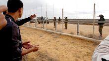 Palästinenser stehen israelischen Soldaten an der Grenze des Gazastreifens gegenüber.