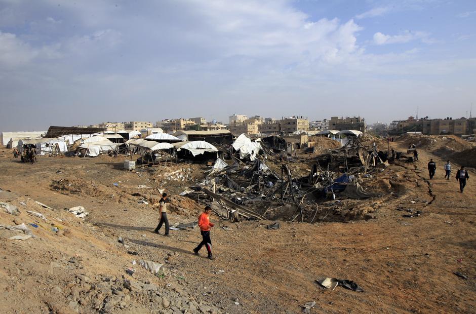 Schadensbegutachtung an der Grenze zu Ägypten: Bei den achttägigen Gefechten zwischen Israel und den Gaza-Milizen hat die israelische Luftwaffe einen großen Teil der Schmuggel-Tunnel auf der Gaza-Seite zerstört.