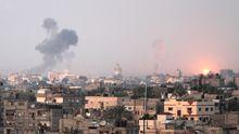 Über dem Gazastreifen steigt Rauch nach einem Luftschlag der Israelis auf.