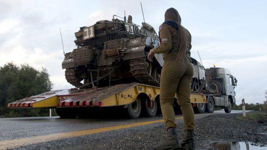 Israelische Soldaten transportieren einen Panzer auf die Golan-Höhen.