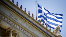 Eine griechische Flagge in Athen