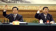 Hu Jintao (links) und sein Nachfolger Xi Jinping beim Parteitag der Kommunistischen Partei in Peking