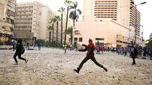 Gegner des ägyptischen Präsidenten Mursi in einer Auseinandersetzung mit Polizisten nahe dem Tahrir-Platz in Kairo.