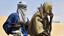 Zwei Mitglieder der islamischn Polizei patroullieren auf den Straßen der malischen Stadt Gao, die von den Tuareg erobert worden ist.