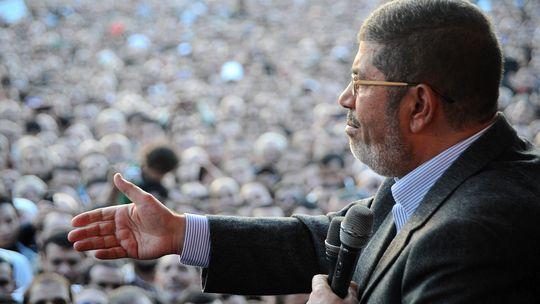 Ägypten Präsident Mursi spricht vor dem Präsidentenpalast zu seinen Anhängern.