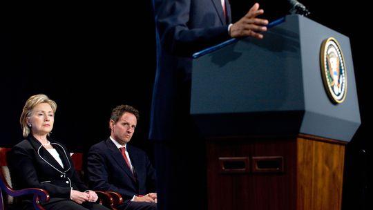 Hillary Clinton und Timothy Geithner bei einer Rede von US-Präsident Barack Obama