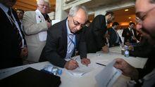 Abdel Basset Sayda, Chef des Syrischen Nationalrats, registriert sich für die Wahl der Gremiumsmitglieder.