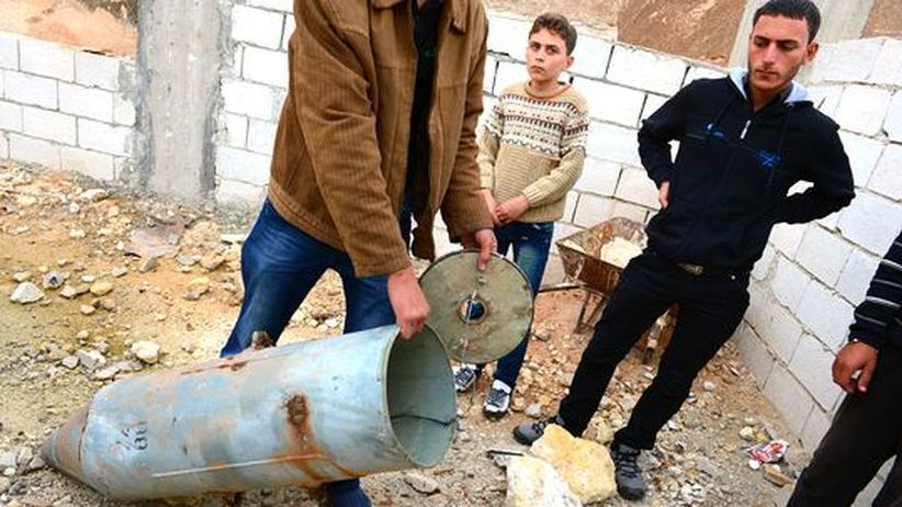 Human Rights Watch: Schon vor wenigen Wochen fanden diese Syrer in einer Stadt in der Provinz Idlib diese Streubombenhülle.