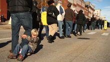 Schlange stehen vor einem Wahllokal in Maine